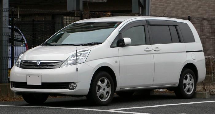2004_Toyota_Isis_02