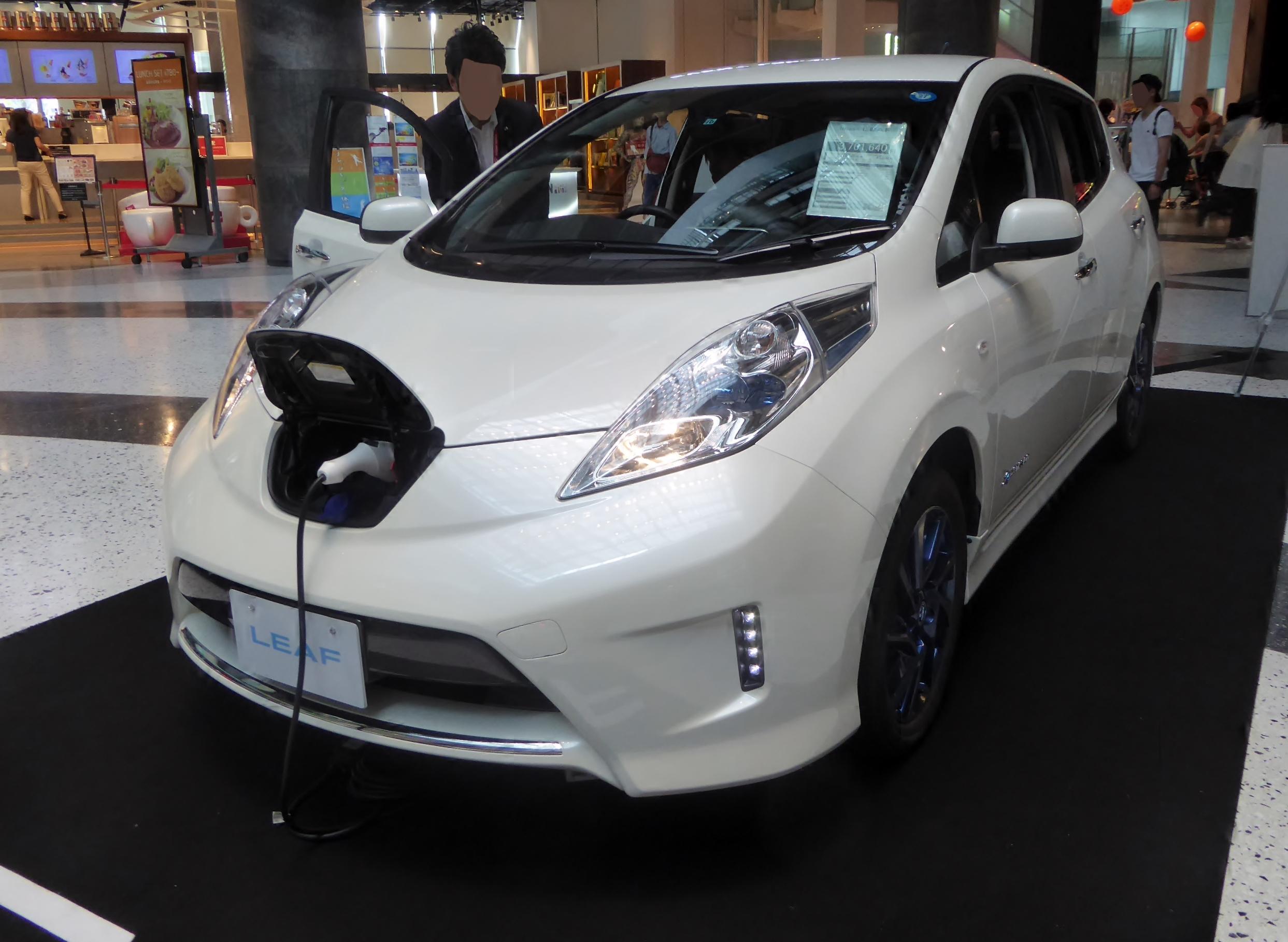 Nissan_LEAF_G_aero_style_(ZE0)_front