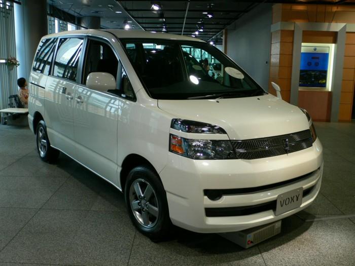 Toyota_Voxy_01
